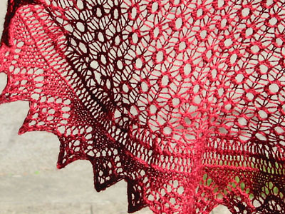 Detail of the curved shawl with diamond edging